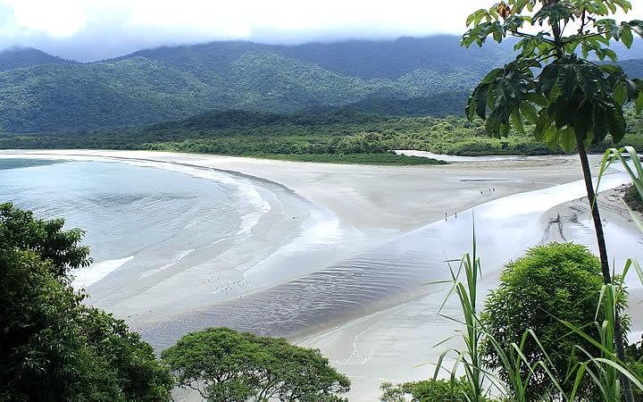 Encontro do Rio Picinguaba com a Praia da Fazenda