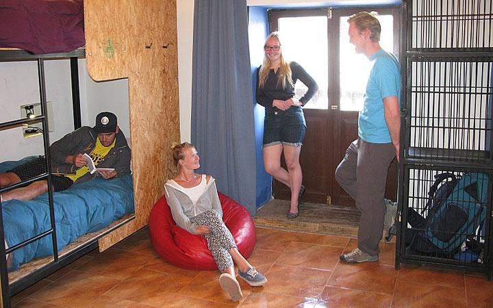 Hostel - Pessoas conversando no quarto