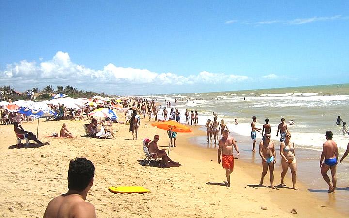 Pessoas reunidas na praia da Barra