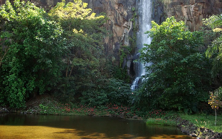 Cachoeira artificial no Parque Prefeito Luiz Roberto Jábali