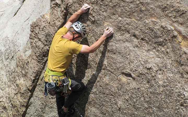 Esporte radicais - Homem escalando