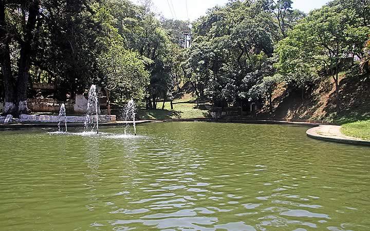 Lago no Parque das águas em Aitbaia