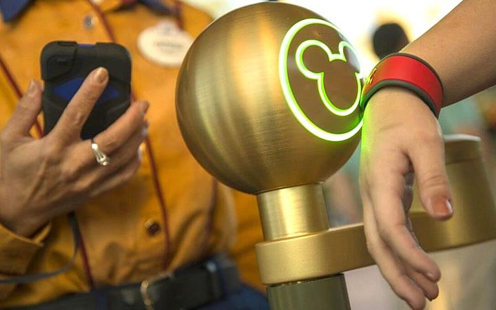 Pessoa passando pulseira de identificação na Disney