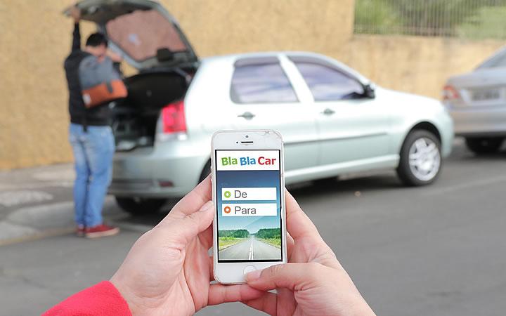 Pessoa segurando um celular com o aplicativo Blablacar aberto