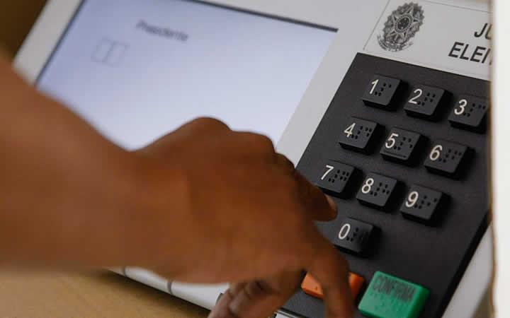 Pessoa votando em urna Brasileira