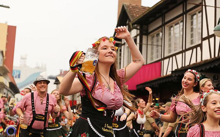Pessoas dançando na rua na Oktoberfest de Blumenau
