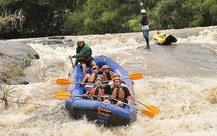 Pessoas fazendo Rafting no Kango Jango Parque de Aventuras