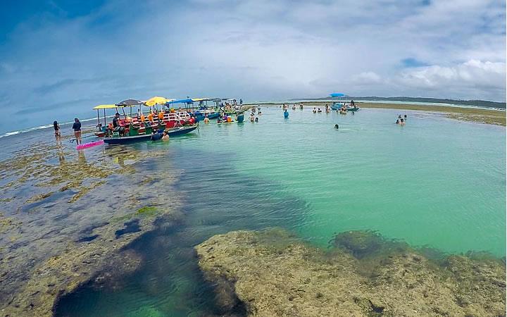 Pessoas nadando em Piscina natutal em São Miguel dos Milagres - Alagoas