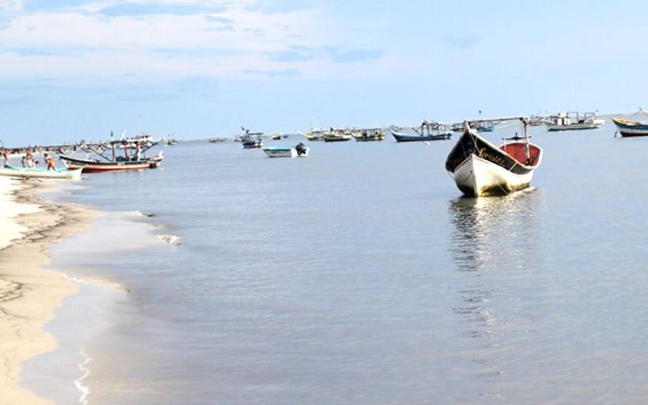 Barcos na Ilha do Superagui