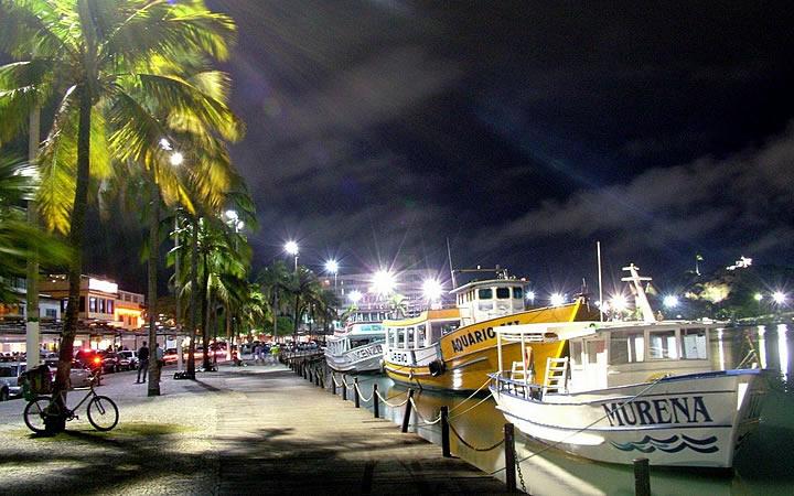 Barcos parados na orla do centro de Cabo Frio