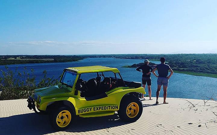 Buggy no alto das dunas em frente ao lago