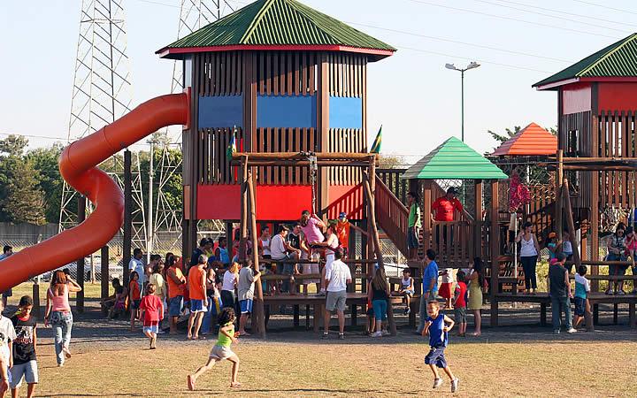 Crianças correndo no Parque Ecológico de São José do Rio Preto