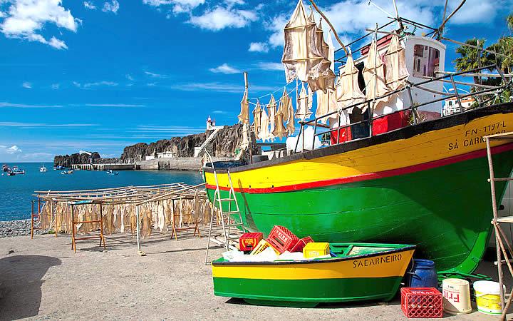 Embarcações coloridas de pesca na Camara dos Lobos