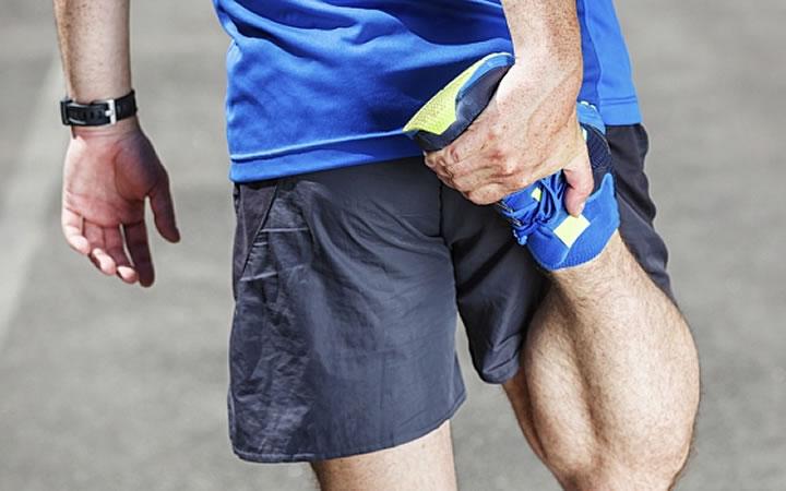 Homem alongando as pernas