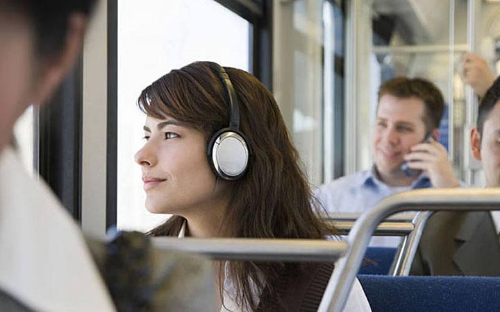 Mulher ouvindo musica no ônibus
