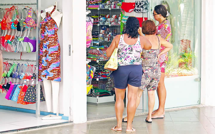 Mulheres olhando produtos das lojas na Rua dos Biquínis em Cabo Frio