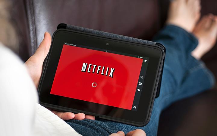 Pessoa assistindo netflix no tablet durante a viagem