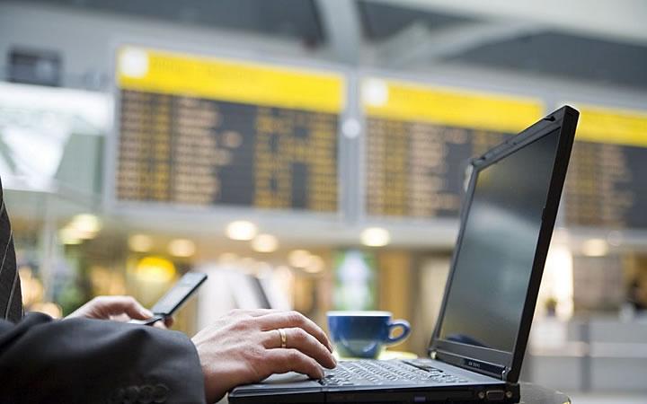 Pessoa usando notebook no aeroporto