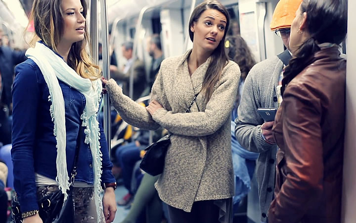 Pessoas conversando no trem