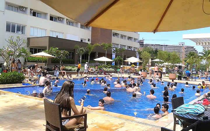Pessoas na piscina do Celebration Resort em Olímpia