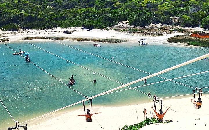 Pessoas praticando o Aerobunda na Lagoa de Jacumã