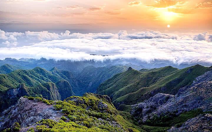 Vista panorâmica da cordilheira no Pico Ruivo