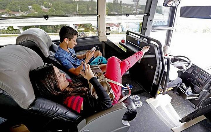 Pessoas no ônibus com roupas confortáveis