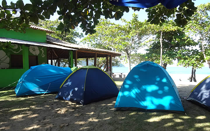 Barracas de acampamento na praia