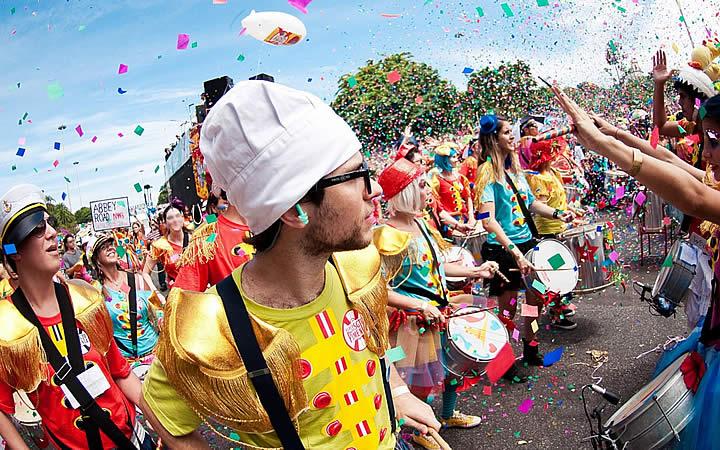 Bloco de Carnaval em Fortaleza - Musicos de percusão desfilando