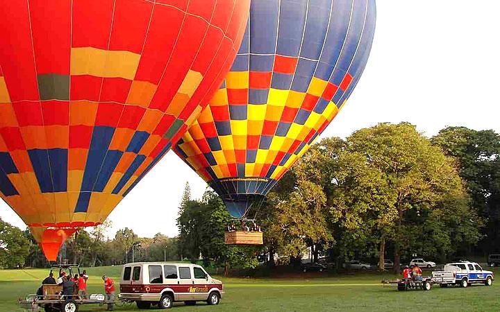Carros levando balões em Piracicaba
