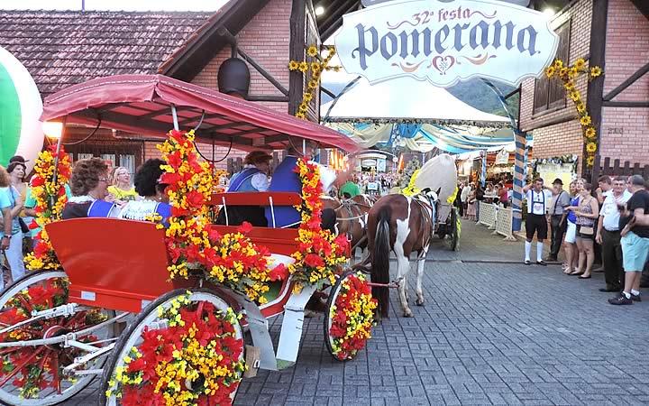 Charrete com diversas flores enfeitando na Festa Pomerana