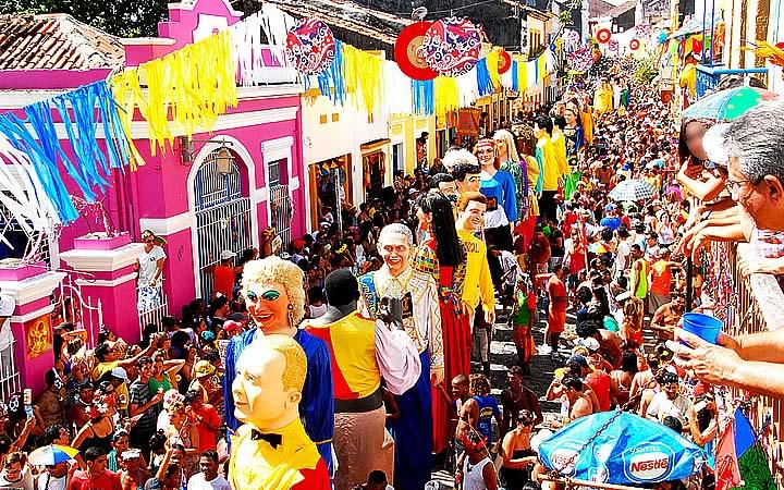 Foliões curtindo o carnaval em Olinda - Bonecos Gigantes