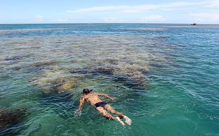 Homem fazendo mergulho de snorkeling em Corumbau