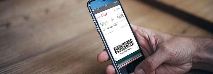 Homem segurando celular - Realizando Check in online