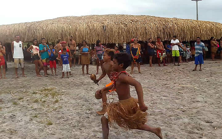 Indios na aldeia de Barra Velha