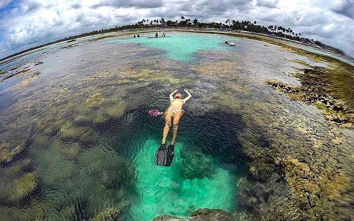 Mulher nadando em piscina natural - Porto de Galinhas – Pernambuco