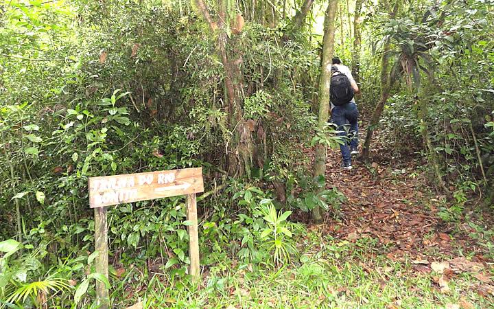 Pessoa entrando na Trilha do Rio Bonito em Cunha SP