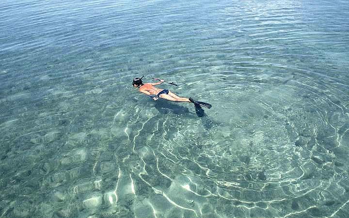 Pessoa fazendo mergulho na região dos recifes de Itacolomi
