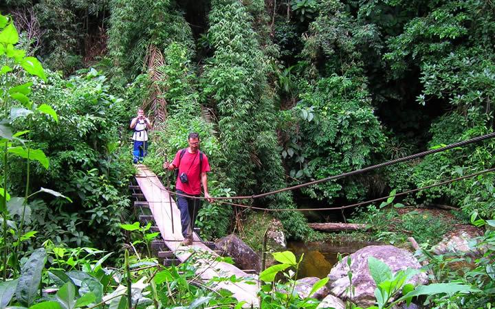 Pessoa passando na ponte na trilha do ouro