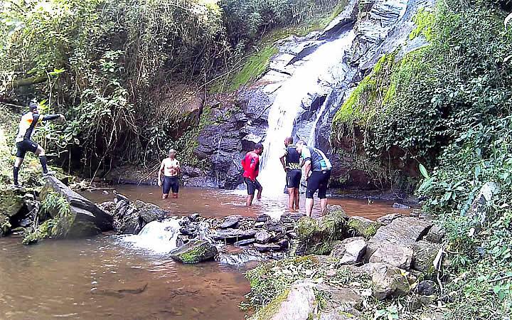 Pessoas na Cachoeira do Caipira em Taubaté