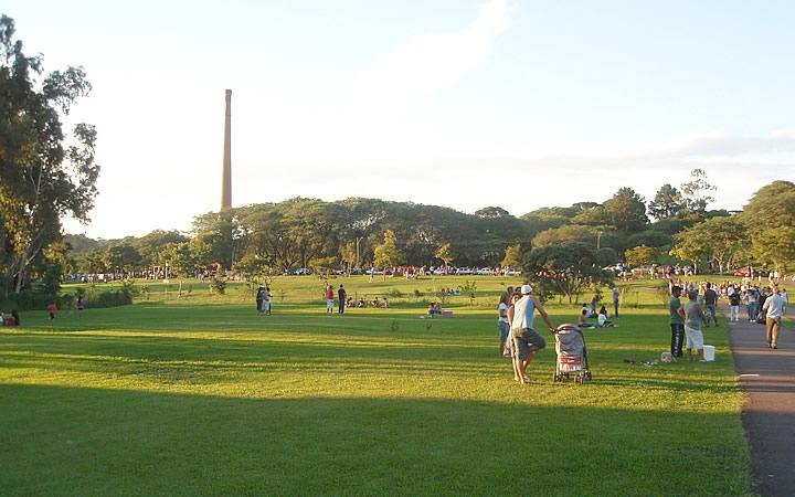 Pessoas no Gramado do Parque Barigui em Curitiba