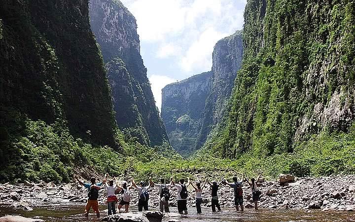 Pessoas no riacho no pé do Cânion Itaimbezinho