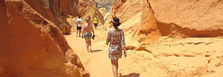 Pessoas passeando no labirinto de falésias na Praia das Fontes