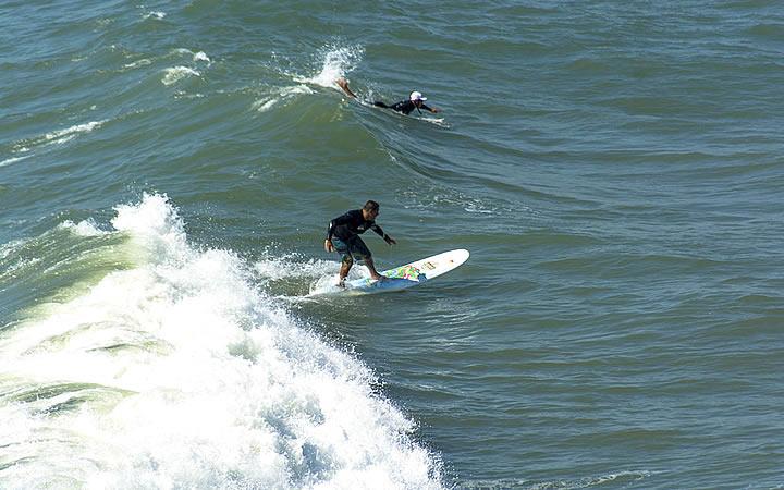 Pessoas praticando surf em Garopaba
