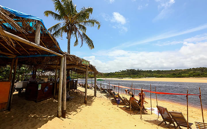 Praia com diversas cadeiras na orla da praia em Caraíva