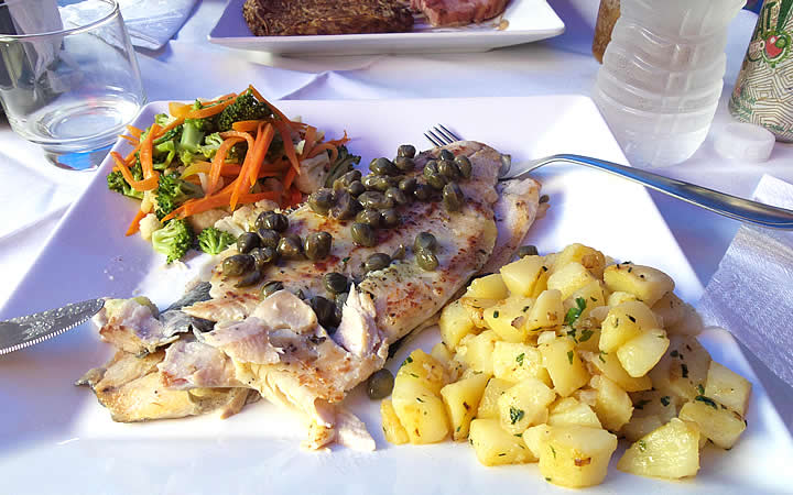 Prato com frango, batata cozida e salada