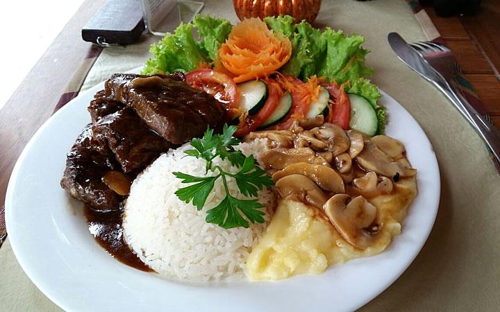 Prato de Comida - Arroz feijão, salada e carne