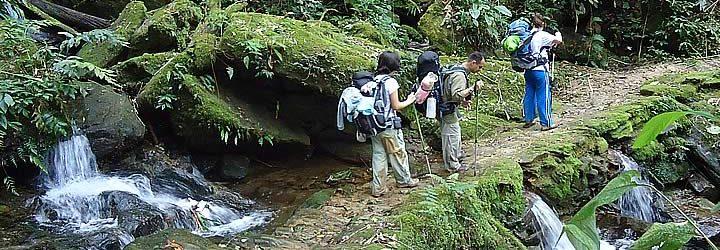 Três Pessoas fazendo a trilha do ouro