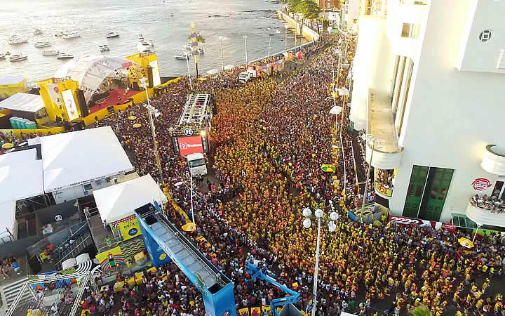 Vista aérea do Carnaval em Salvador Farol da Barra
