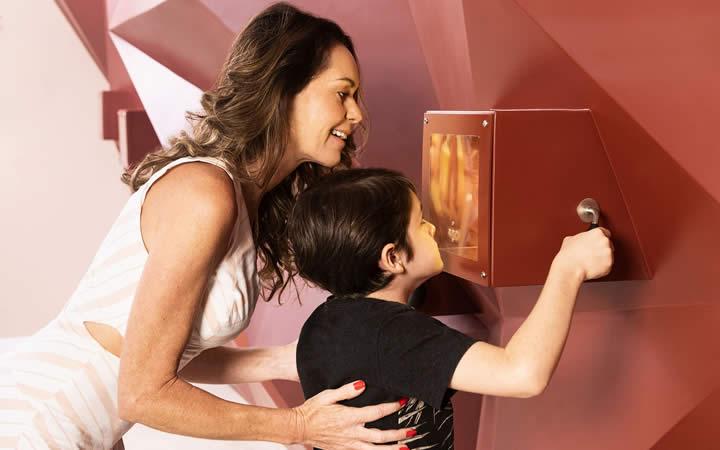 Mãe e filho em passeio Fabrica de Chocolate Nugali